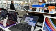 Computer werden in einem Elektronik-Fachmarkt in Berlin angeboten.