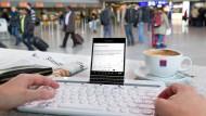 Alles stets dabei: Ein Smartphone mit Textverarbeitung und die Bluetooth-Tastatur K480 von Logitech am Flughafen in Zeiten von Verspätungen und Pilotenstreiks.