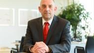 Der Vorstandschef der Bundesagentur für Arbeit Detlef Scheele 2017 in seinem Büro