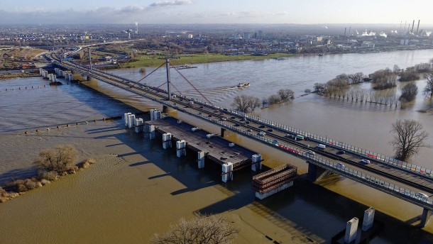 Schifffahrt in Köln wird wegen Hochwassers eingestellt