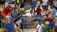 Solche Bilder wollte die Uefa den TV-Zuschauern nicht zumuten: Russische Hooligans in Marseille
