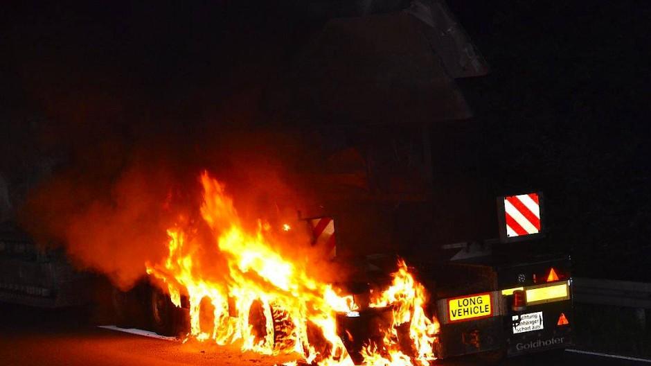 In Flammen: Ein Schwertransporter brannte in der Nacht auf der Autobahn 67 bei Gernsheim.