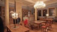 Geheimnisse: In der Bibliothek des Schlosses müssen die Spieler nach Antworten zu Rätselfragen suchen.
