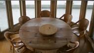 In Zeiten der Coronakrise bleibt der große Tisch leer. (Symbolbild)