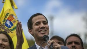 Militärattaché bekennt sich zu Oppositionsführer Guaidó