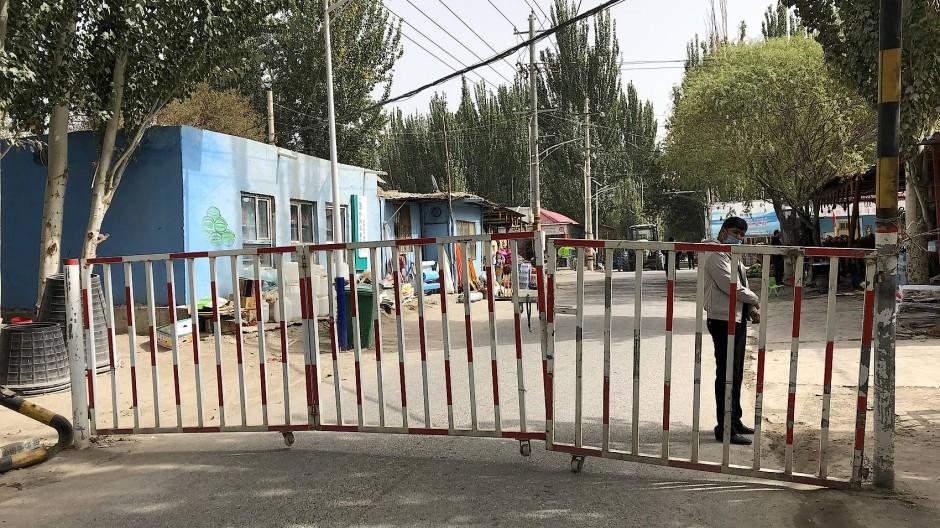 Als unsere Korrespondentin zum Grabmal Ordam Padishah fahren wollte, tauchte plötzlich eine Straßensperre auf.