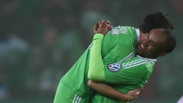 Wolfsburg gewinnt nach späten Toren