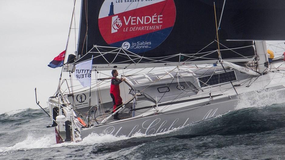 """Nicht ganz einfache Bedingungen: Boris Herrmann auf seiner Yacht """"Seaexplorer"""" kurz nach dem Start in Les Sables d'Olonnes."""