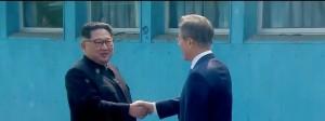 Herzlicher Auftakt zum Gipfeltreffen zwischen Nordkoreas Machthaber Kim Jong-un und Südkoreas Präsident Moon Jae-in im Grenzort Panmunjom.