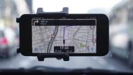 Routenführung mit Verkehrsinformation: Hier zeigt sich Waze, das von Google gekauft wurde, auf einem Smartphone.