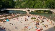 Paradies für Nackerte? Am Kabelsteg genießen Münchener das Sommerwetter.
