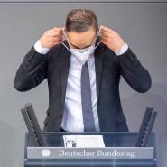 Heiko Maas, Bundesaußenminister, richtet seine Maske im Bundestag vergangenen September.
