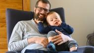Männer unter sich: Christian Stückrath hat sich für seinen Sohn von der Arbeit freistellen lassen.