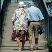 Ein älteres Ehepaar geht in Freiburg spazieren.