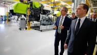Der russische Premierminister Dimitry Medvedev wird von Claas-Manager Ralf Bendisch durch das Werk in Krasnodar geführt.