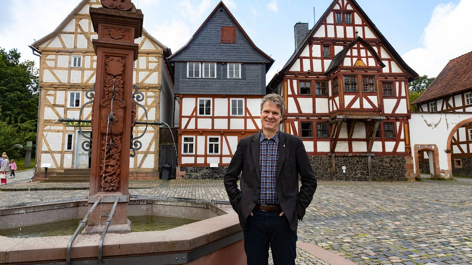 Geschäftsführer Jens Scheller vor der Kulisse des Hessenparks. Besucher können das Museum nun wieder erkunden, die meisten Häuser aber nicht betreten.