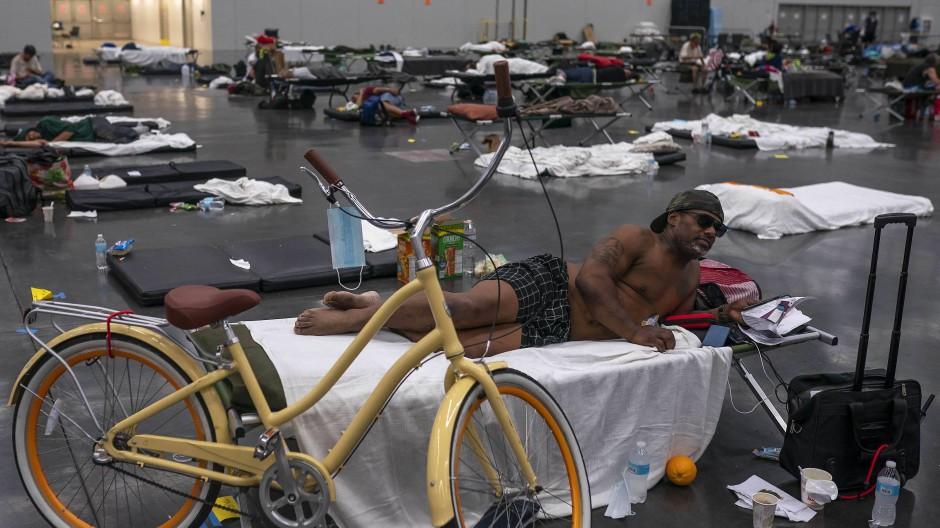 Schutz vor den Rekordtemperaturen: In Portland (Oregon) erholt sich Kermic Luster in einer klimatisierten Messehalle.