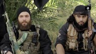 Kämpfen für den Islamischen Staat: Der Österreicher Mohamed Mahmoud und sein deutscher Kamerad Abu Omar al-Alamani. Sollte letzterer noch eine andere Staatsangehörigkeit haben, will die CDU Leuten wie ihm künftig die deutsche entziehen.