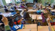 Schon früh werden die Weichen gestellt: Erstklässler im Unterricht