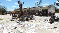 """Nachdem der Zyklon """"Idai"""" auch die Inchope Grundschule in Beira verwüstet hat, trocknen die Unterlagen in der Sonne"""