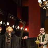 Dmitri Tcherniakov ist sein eigener Bühnenbildner: Azucena (Marina Prudenskaja) und Ferrando (Giovanni Furlanetto) spielen Regisseurin und Regieassistent.