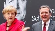 Bundeskanzlerin Angela Merkel bei der Vorstellung des Buches von Amtsvorgänger Gerhard Schröder im September 2015