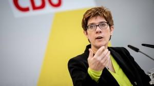 Kramp-Karrenbauer für Kopftuchverbot in Grundschulen