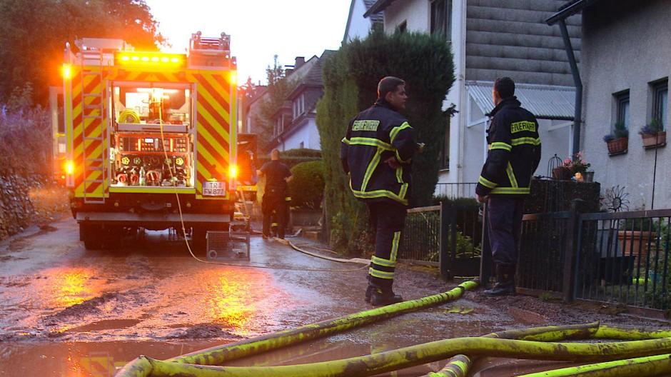 Viel Regen in Trier: Feuerwehrleute pumpen einen Keller im Stadtteil Olewig leer.