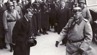 Reichskanzler Adolf Hitler begrüßt Reichspräsident Paul von Hindenburg am 25. Februar 1934 vor der Staatsoper in Berlin.