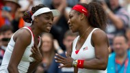 Venus und Serena Williams feiern ihren Olympia-Sieg im Damendoppel 2012.