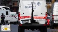 Der Geldtransporter mit aufgebrochenen Türen auf der Alexanderstraße