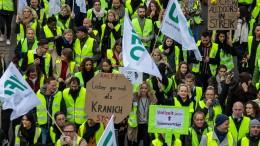 Flugbegleiter drohen Lufthansa mit neuen Streiks