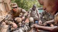 Die EU-Kommission zieht in Betracht, ihre Unterstützung für Akteure im Sicherheitsbereich zu verstärken. Hier erklärt ein Bundeswehrsoldat einem malischen Soldaten die Instandsetzung eines LKW (April 2016).