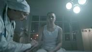 """Gleich spritzen wir dir dein Erfolgserlebnis: Der Rapper Face in seinem Musikvideo """"Platschu"""""""