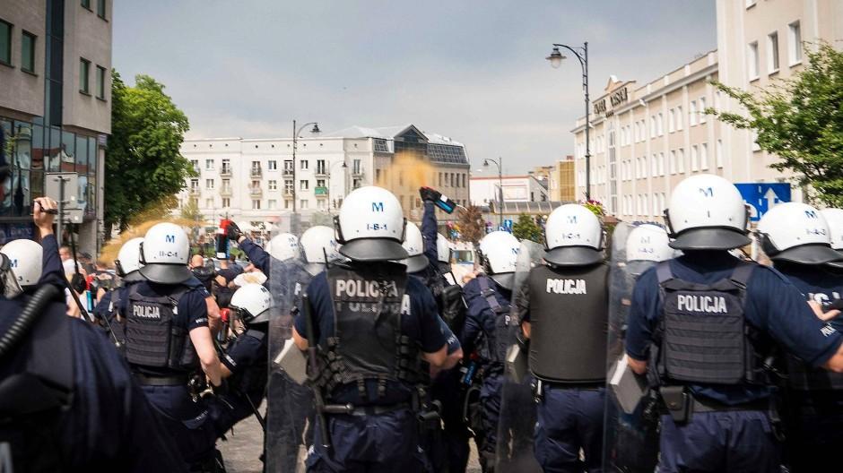 Gay-Pride-Parade durch Hooligans gestört