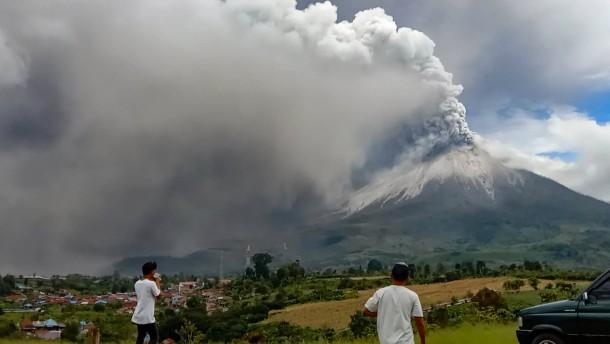Vulkan Sinabung spuckt Asche