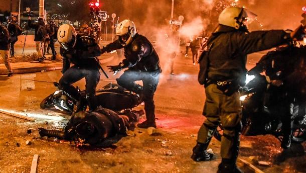 Demonstranten prügeln auf Polizisten ein