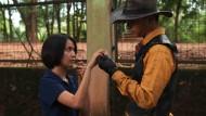 """Das Mädchen Lana (Ladya Cheryl) trifft den zaubernden Cowboy (Nicholas Saputra) in """"Postcards from the Zoo"""" von Edwin"""