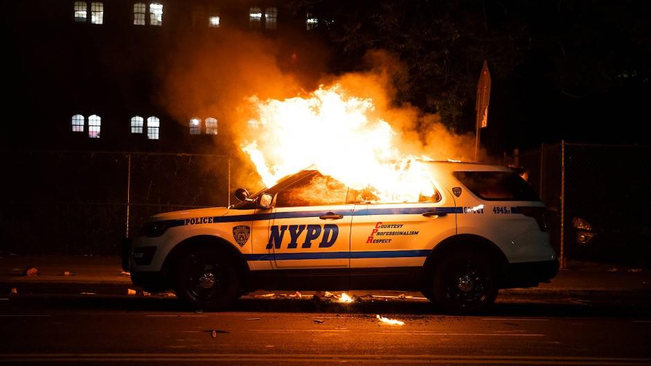 Ein Fahrzeug der New Yorker Polizei ist von Protestierenden in Brand gesetzt worden.