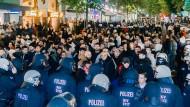 1300 Polizisten halten Demonstranten in Schach