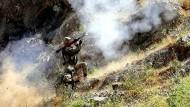 Krieg gegen die PKK: Ein türkischer Soldat feuert in bergigem Gelände nahe Yüksekova in der Provinz Hakkari eine Panzerfaust ab.