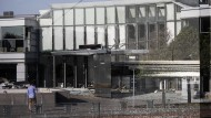 Bild der Zerstörung nach Explosion am Eingang der dänischen Steuerbehörde in Kopenhagen