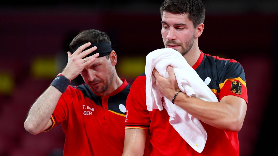 Keine Chance gegen China: Timo Boll und Patrick Franziska nach dem Tischtennis-Finale in Tokio.