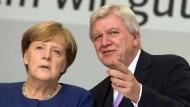 Gemeinsamer Blick in die Zukunft: Hessens Ministerpräsident Volker Bouffier stellt sich hinter seine Parteichefin und Bundeskanzlerin Angela Merkel.