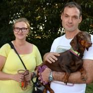 """""""Gretel"""" (auf dem Arm ihres Herrchens) sowie die Hundehalter Anne K. und Jan T. müssen nun ohne """"Bonny"""" auskommen."""