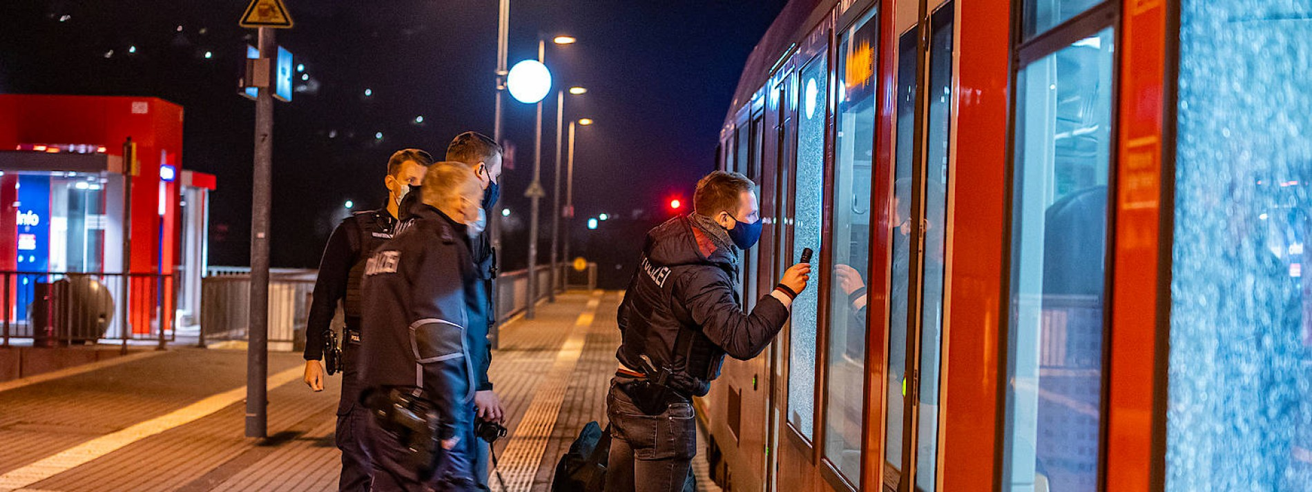 Unbekannte schießen mit Softair-Pistole auf fahrenden Zug