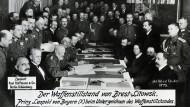 Generalfeldmarschall Prinz Leopold von Bayern beim Unterzeichnen des russisch-deutsche Waffenstillstands von Brest-Litowsk.