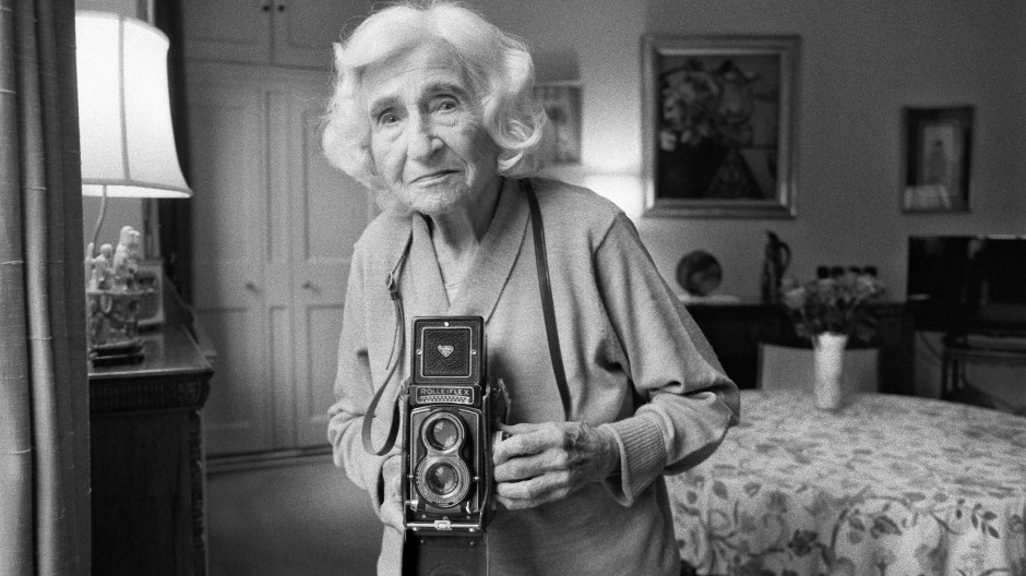 Fotografiert von Marissa Roth: Dorothy Bohm (geb. Israelit) wurde 1924 in Königsberg (ehemals Ostpreußen) als Tochter einer deutschsprachigen Familie jüdisch-litauischer Herkunft geboren. Sie lebte bis zum Alter von 14 Jahren unter der Nazi-Herrschaft, als ihre Familie sie nach England in ein Internat schickte. Später zog sie nach London, wo sie Louis Bohm kennenlernte und 1945 heiratete. Sie lebten in Paris, New York und San Francisco. Bohm wurde zur Fotografin und war mit Bill Brandt, Henri Cartier-Bresson, Brassaï und André Kertész befreundet. 1969 hatte sie eine große Ausstellung an der Seite von Don McCullin. 1971 gründete Bohm zusammen mit Sue Davies die Photographers' Gallery in London und wurde als eine der Doyennes der britischen Fotografie bekannt.