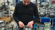 Handarbeit: Montage von elektrischen Bremsen beim Metallunternehmen Ringspann in Bad Homburg