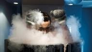 Eintauchen im Stickstoffnebel bei minus 150 Grad. Nach drei Minuten sollte man wieder raus.